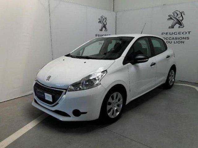 Sur un marché du VO récent qui s'effondre, Peugeot devance Renault
