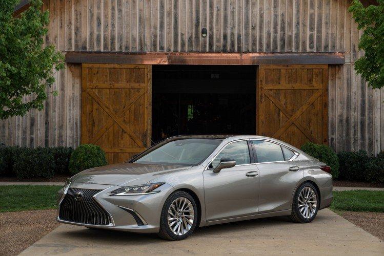 """Combien de kilomètres en mode """"zéro émission"""" pour les Lexus UX et ES Hybride ?"""