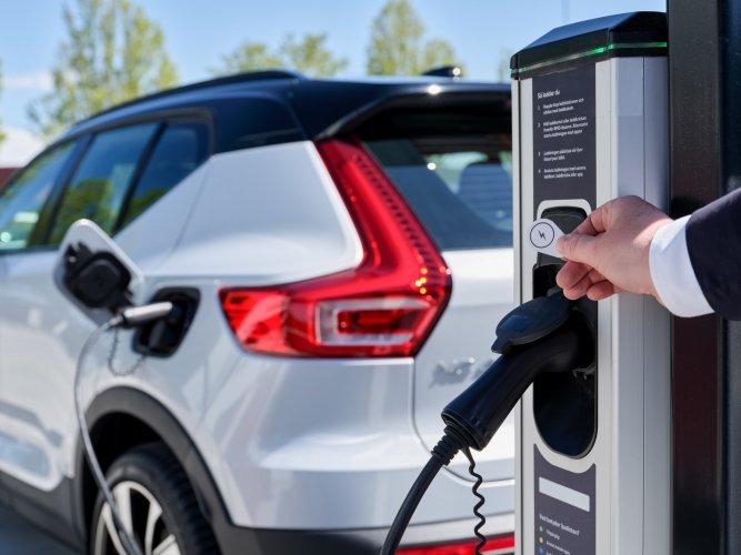 Parcourir l'Europe au volant d'une Volvo 100% électrique devient possible avec Plugsurfing