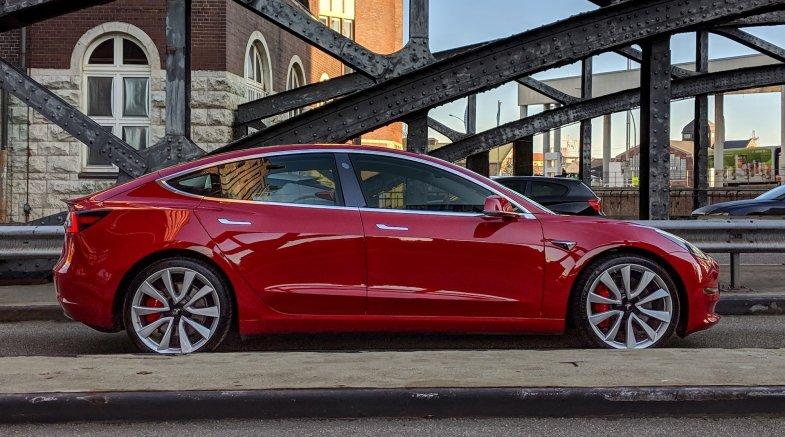 Dacia et Tesla se distinguent sur un marché automobile toujours sinistré